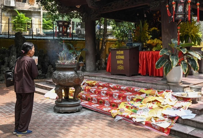 Buddhist faithful head for pagodas in Month of the Ghost - 7