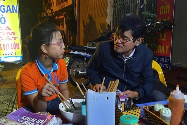 Diệu được một số người dân ở quận Long Biên cho ăn uống và liên hệ gia đình sau hành trình đi lạc. Ảnh: Phúc Hoàng.