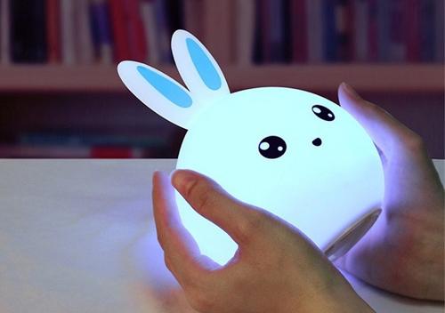 Đèn có ánh sáng trắng không tốt cho sự phát triển của trẻ. Ảnh: Brightside.