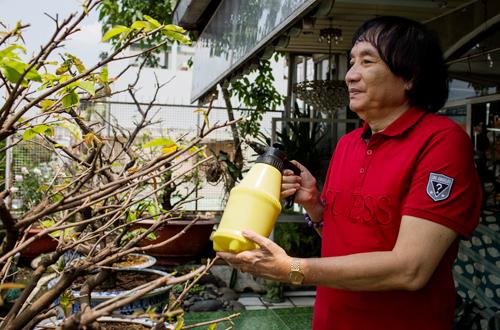 NSƯT Minh Vương lấy việc tưới hay, chăm sóc cây kiểng làm niềm vui hàng ngày.