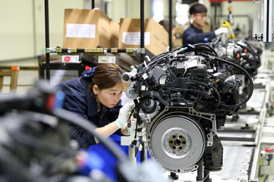 Công nhân Trung Quốc trong một nhà máy ở Tứ Xuyên. Ảnh: Reuters