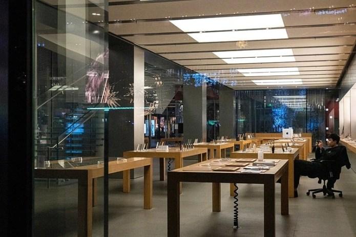 Bên trong một cửa hàng Apple đã đóng cửa tại Bắc Kinh hôm 9/2. Ảnh: NYT