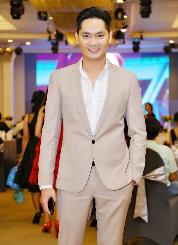 Minh Luân mặc vest lịch lãm dự sự kiện do Hoa hậu Đông Nam Á Hồng Tươi tổ chức. Sau cuộc tình với diễn viên Lan Ngọc và đàn em Hồ Bích Trâm, anh vẫn đi về lẻ bóng.