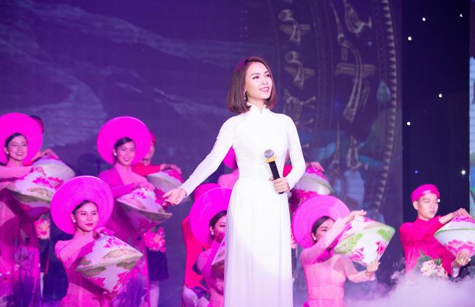 Ca sĩ Ái Phương biểu diễn một tiết mục trong chương trình này.