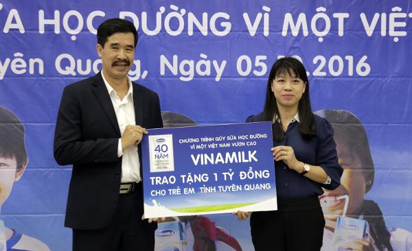 Giám đốc điều hành Vinamilk Nguyễn Quốc Khánh trao tài trợ Sữa học đường cho đại diện tỉnh Tuyên Quang. Ảnh:Anh Quân