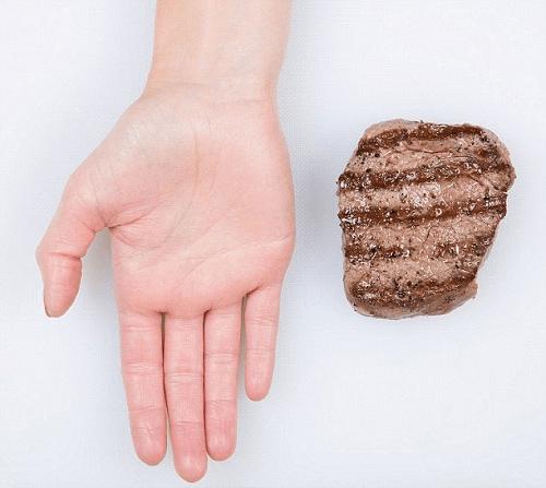 Miếng thịt vừa lòng bàn tay có khối lượng khoảng 150g.