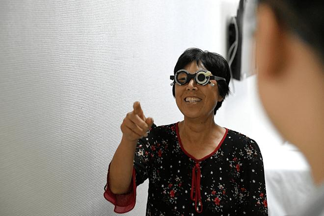 Huang Yuanzhen trải qua cuộc kiểm tra thị lực tại Bệnh viện Liên minh Vũ Hán ở Vũ Hán, tỉnh Hồ Bắc. Ảnh: