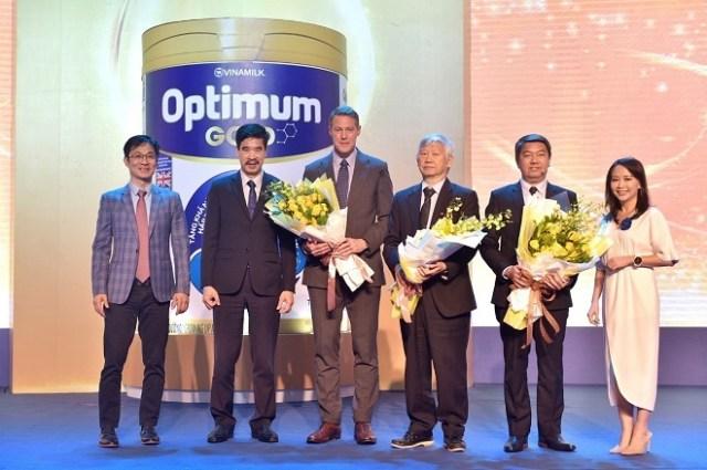 Ông Phan Minh Tiên (ngoài cùng bên trái) cùng đại diện Vinamilk, DuPont và các chuyên gia tham gia hội thảo.