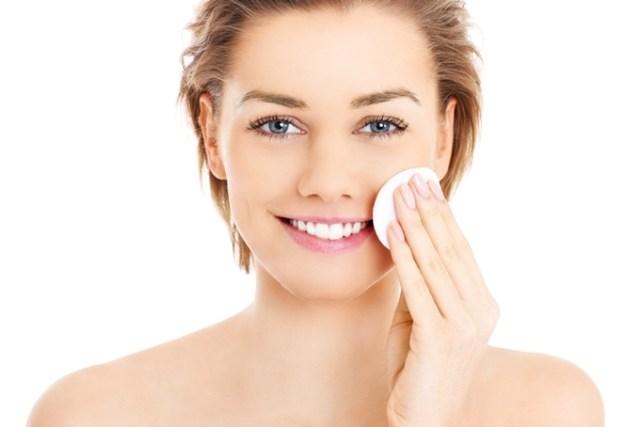 Tẩy trang có vai trò quan trọng trong khâu chăm sóc da mỗi ngày.