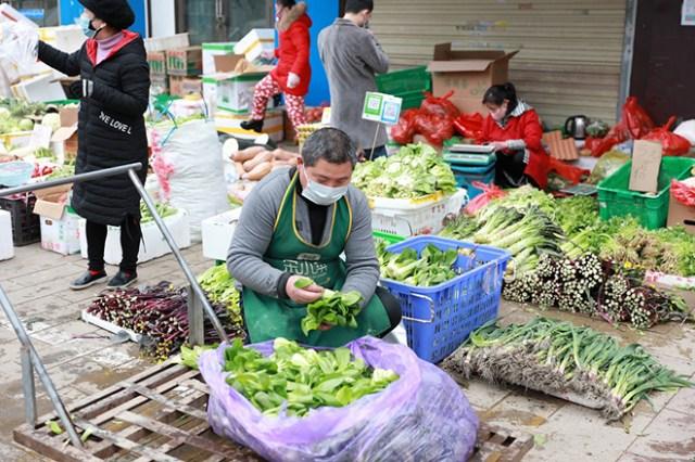 Khu chợ cung cấp rau cho cư dân ở các khu vực ởquận Hồng Sơn, Vũ Hán, tỉnh Hồ Bắc ngày 12/2. Ảnh: China Daily