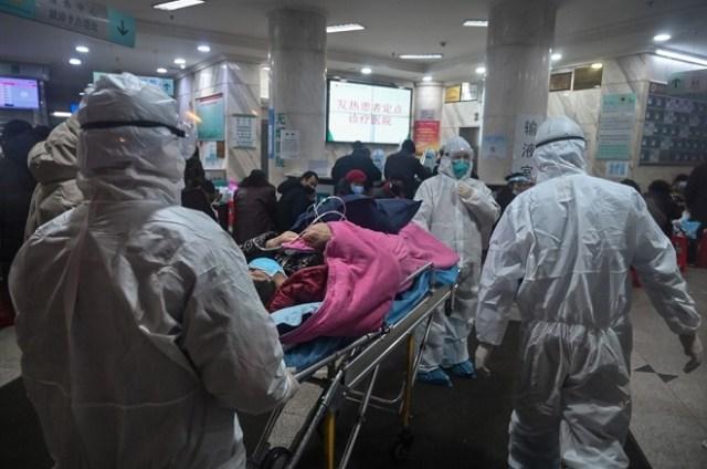 Đội ngũ y tế tại Vũ Hán đưa một bệnh nhân vào điều trị cách ly. Ảnh: AFP