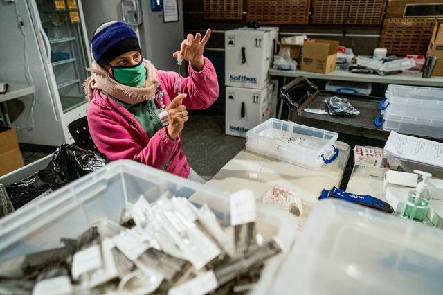 Một y tá chuẩn bị mũi vaccine Covid-19 của Pfizer-BioNTech, tháng 2/2021. Ảnh: NY Times
