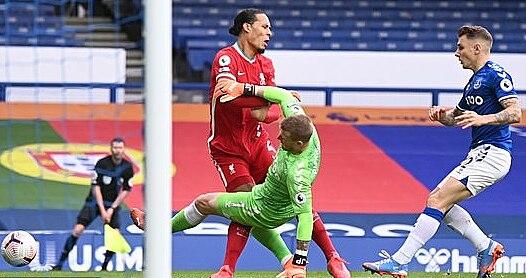 Pha vào bóng của Pickford với Van Dijk. Danh thủ Gary Neville cho rằng Pickford rất may khi không bị thẻ đỏ. Ảnh: Reuters