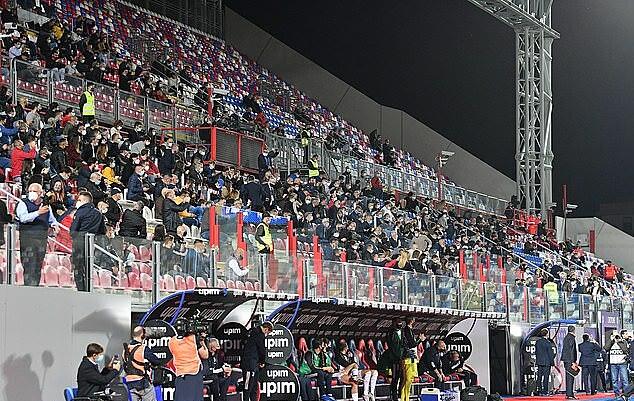 Khoảng 1.000 CĐV Crotone được phép vào sân dự khán trận đấu. Ảnh: EPA.