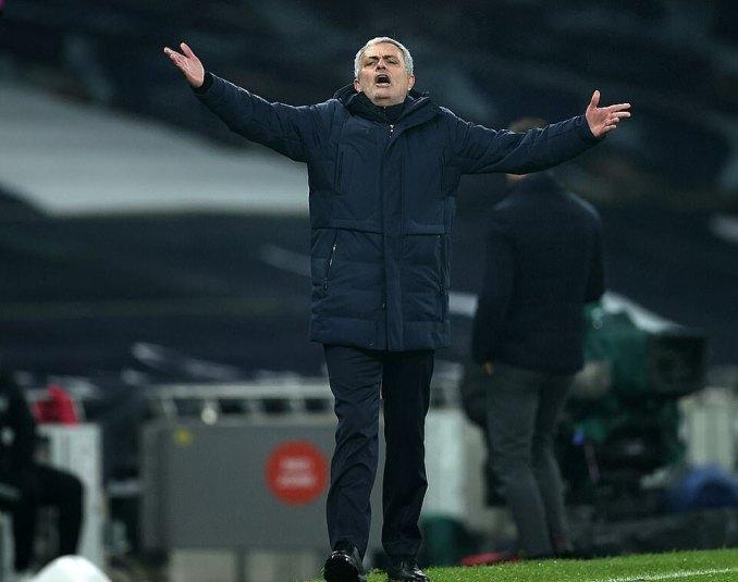 Mourinho không hài lòng khi học trò bỏ lỡ thời cơ thu hẹp khoảng cách với tốp đầu. Ảnh: NMC Pool.