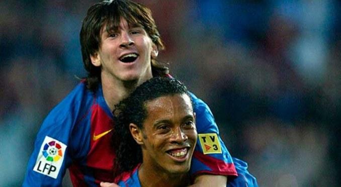 Ronaldinho cõng Messi sau khi kiến tạo để Messi ghi bàn đầu tiên cho Barca. Ảnh: FCB