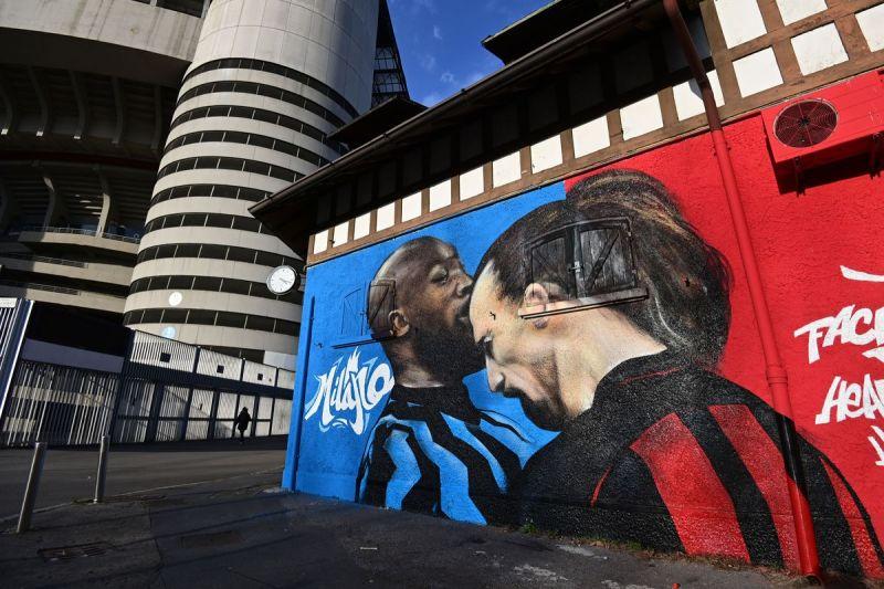Bức graffiti bên ngoài sân San Siro nói lên sức nóng của cuộc đối đầu cá nhân Lukaku - Ibrahimovic ở derby Milano hôm nay.