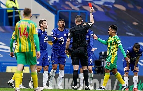 Silva nhận thẻ đỏ gián tiếp, khiến Chelsea phải chơi thiếu người từ giữa hiệp hai. Ảnh: Reuters.