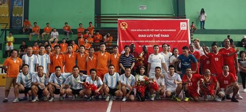 Giao hữu bóng đá cộng đồng người Việt tại Mozambique chào mừng ngày 30/4. Ảnh: ĐSQ