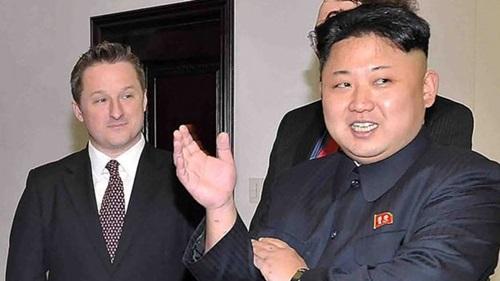 Lãnh đạo Triều Tiên Kim Jong-un (phải) và Michael Spavor trong cuộc gặp ở Bình Nhưỡng năm 2013. Ảnh: AFP.