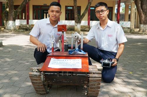 Thành (trái) và Thái bên Robot cứu hỏa. Ảnh: Phạm Linh.
