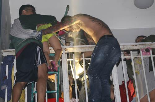 Người dân trèo ban công thoát khỏi vụ cháy chung cư Carina. Ảnh: Quỳnh Trần.