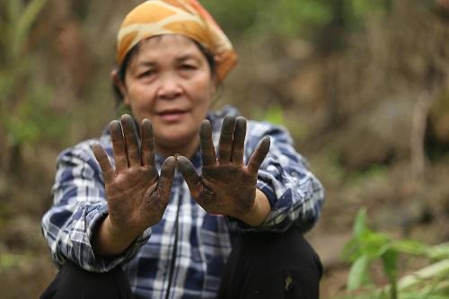Đôi bàn tay dính đầy nhựa chuối của bà Tuyên. Ảnh: Gia Chính