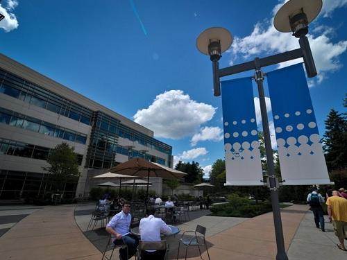 Khuôn viên bên ngoài văn phòng Microsoft ở Redmond, Washington. Ảnh: Filmateria Digital LLC