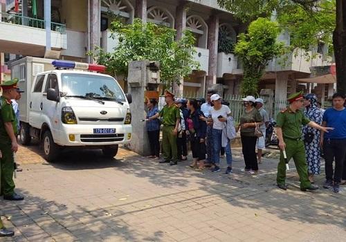 Nhiều lớp an ninh, phiên tòa xử kín, báo chí không được vào khu vực xử để ghi hình bị cáo. Ảnh: H.N.
