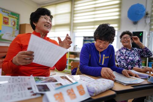 Từ trái sang là bà Hwang Wol-geum, 70 tuổi; bà Kim Mae-ye, 64 tuổi; và bà Park Jong-sim, 75 tuổi, đang học đọc. Ảnh: NYTIMES