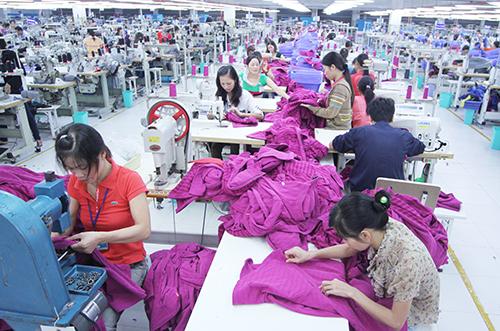 Nhiều lao động nữ ngành dệt may muốn nghỉ hưu sớm. Ảnh: Ngọc Thành.