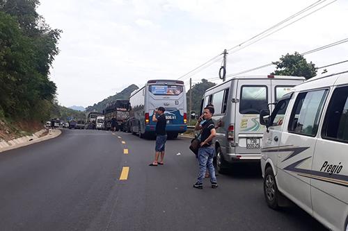 Vụ tai nạn khiến quốc lộ 9 ách tắc 2 tiếng.Ảnh:Quang Hà