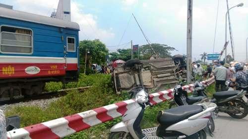 Băng qua đường bộ giao nhau với đường sắt tại xã Lê Thiện, huyện An Dương (Hải Phòng) xe ô tô biển Hà Nội bị tàu LP3 chạy Hà Nội- Hải Phòng tông bẹp rúm, 6 người trên xe mắc kẹt. Ảnh: VĐ