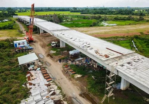 Một đoạn cầu cạn cao tốc Trung Lương - Mỹ Thuận đang xây dựng dở dang. Ảnh: Quỳnh Trần