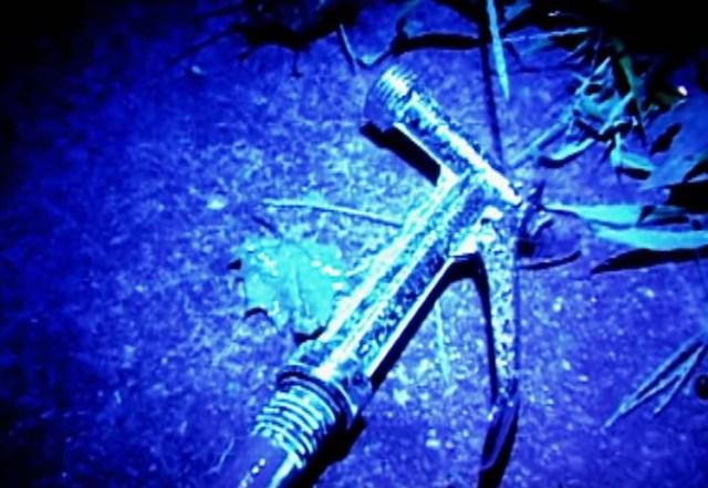 Vòi nước sau sân nhà của cặp vợ chồng phát sáng trong tối do thuốc thử máu. Ảnh: Forensic Files.