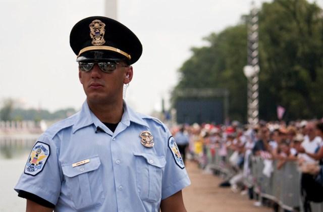 Một cảnh sát Mỹ trong đồng phục màu xanh dương. Ảnh: Luke X. Martin/Wikimedia Commons.