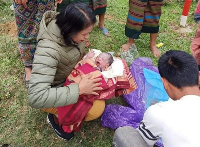 Cô Lương Thị May bế bé sơ sinh lúc vừa chào đời. Ảnh: CTV.