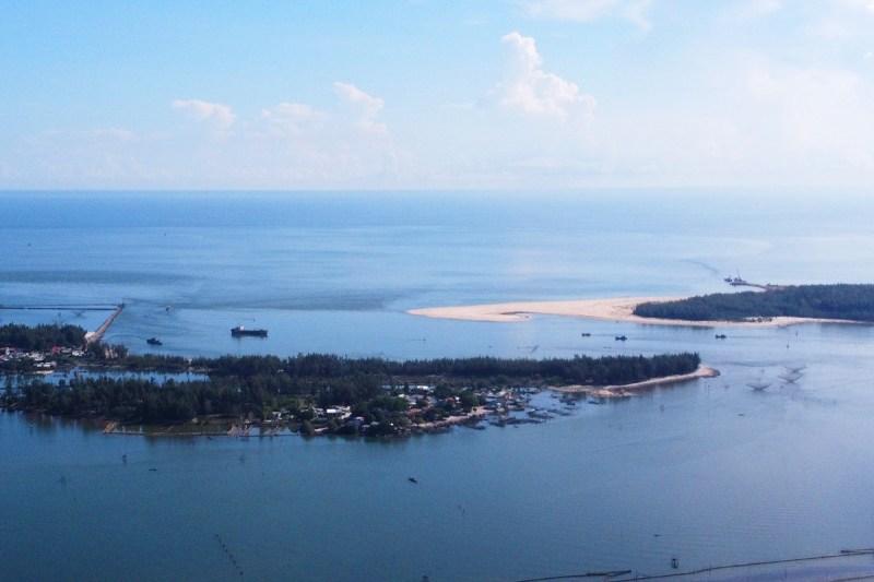 Cửa biển Thuận An nhìn từ trên cao. Ảnh: Võ Thạnh