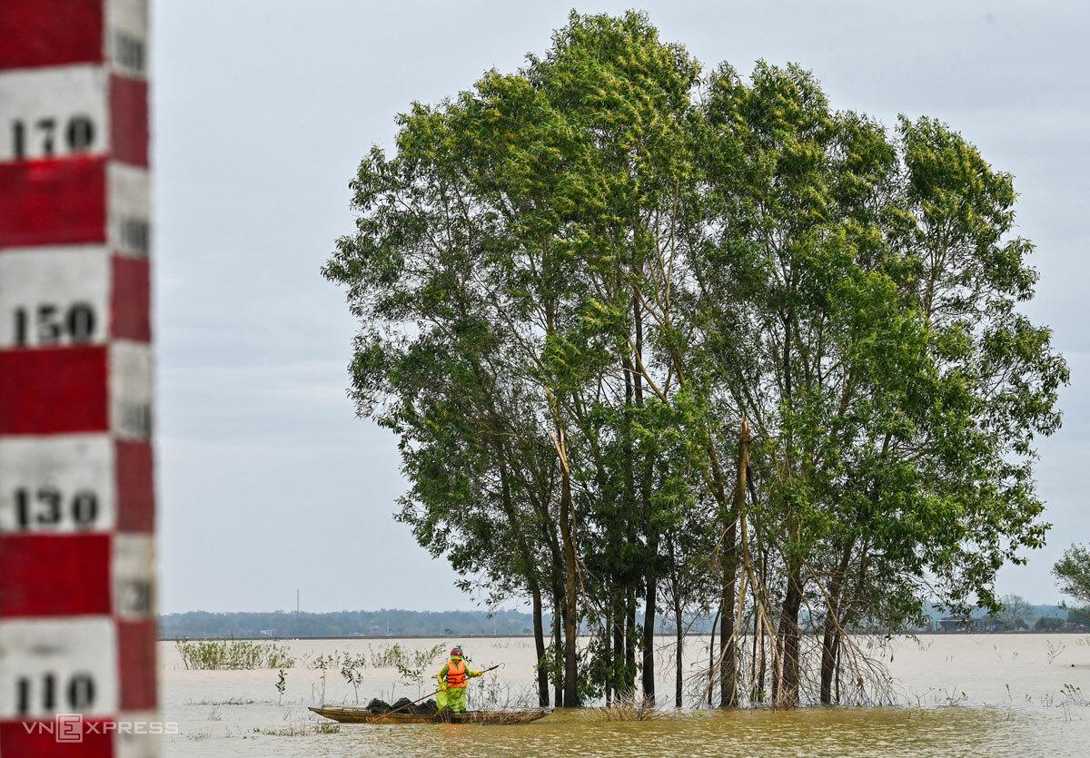 Nước lũ vẫn ngập mênh mông trên các cánh đồng Lệ Thủy sau bão Vamco. Ảnh: Giang Huy