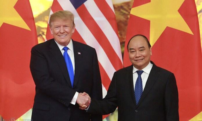 Thủ tướng Nguyễn Xuân Phúc (phải) bắt tay Tổng thống Mỹ Donald Trump tại cuộc hội kiến ở Hà Nội hồi tháng 2/2019. Ảnh:Ngọc Thành.
