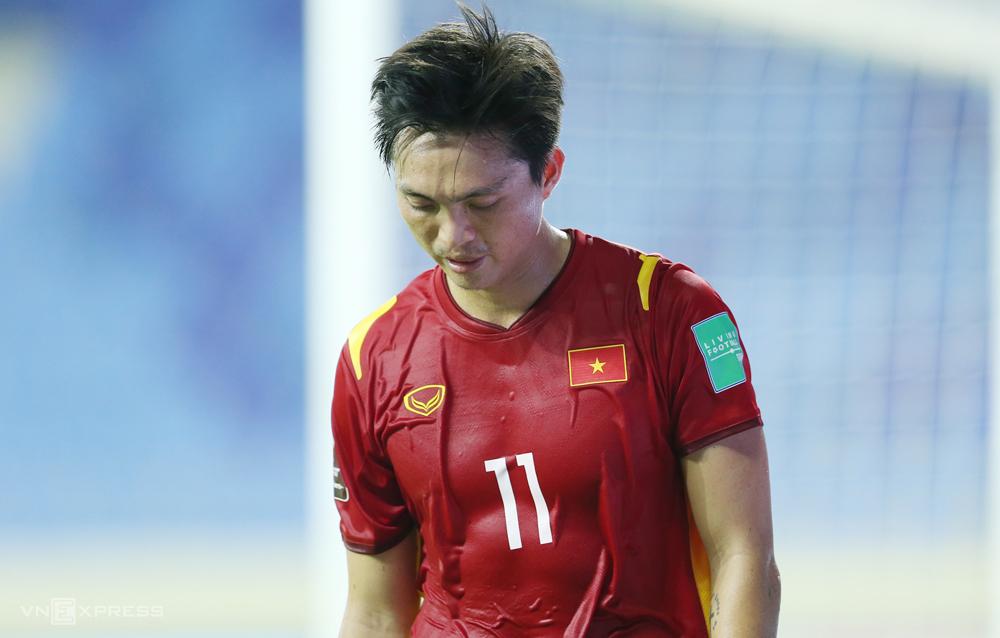 Tiền vệ Tuấn Anh: 'Tôi không thể chạy tiếp nên xin ra' - VnExpress