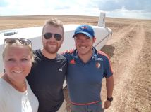 Buitenlanding van Eveline met ophalers Lem en Wouter.