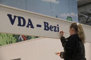 Maria malt den Schriftzug am Bezirksstand_resize