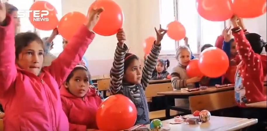 اطفال المدارس في عفرين يرفعون شعار الذئب