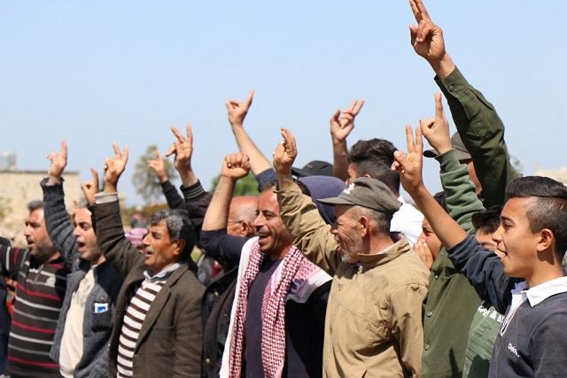 في يوم عيد العمال أهالي عفرين يتظاهرون ضد تركيا وخطة إقامة جدار يفصل مدينتهم عن سوريا