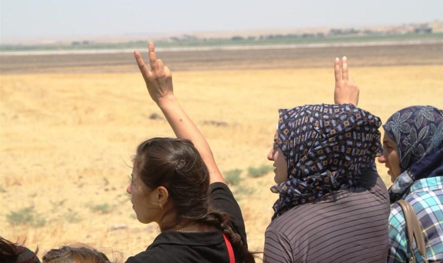 دروع بشرية على الحدود التركية السورية رفضا للتصعيد العسكري
