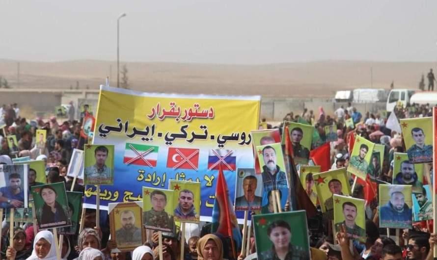تظاهرة شعبية أمام قاعدة التحالف الدولي للتنديد بإقصاء الإدارة الذاتية عن اللجنة الدستورية