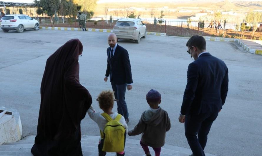 الإدارة الذاتية تسلم طفلين وامرأة من عوائل داعش الى النروج