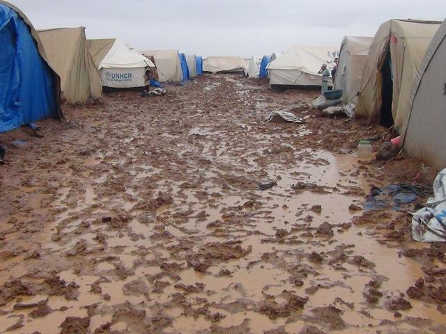 وفاة 6 أطفال وامرأة وإصابة 7 في حريق مروع بمخيم في مدينة ديرك شمال شرق سوريا