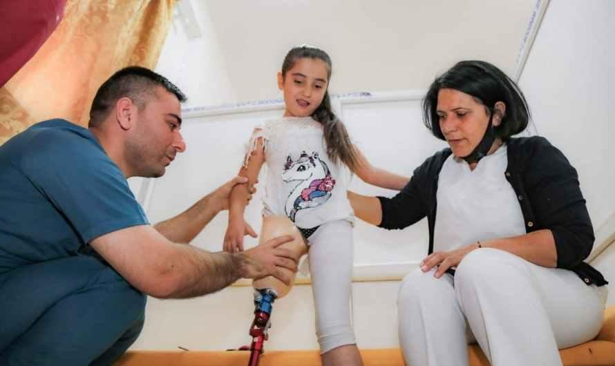 بين فقدان أرجلهم وأعينهم إلى خسارة إخوتهم وأحبتهم.. كيف حوَّلت الغارات التركية حياة أطفال سوريا إلى جحيم دائم؟